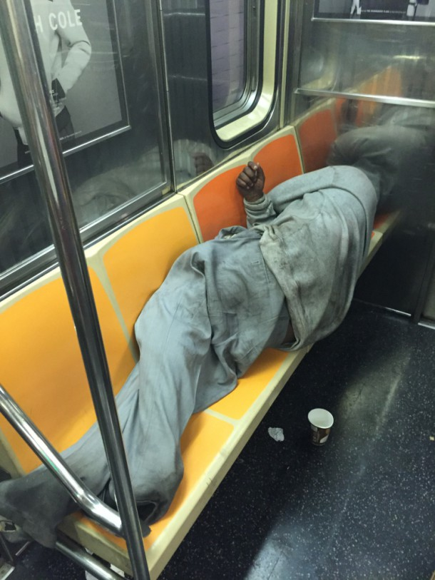 Негр спит в метро
