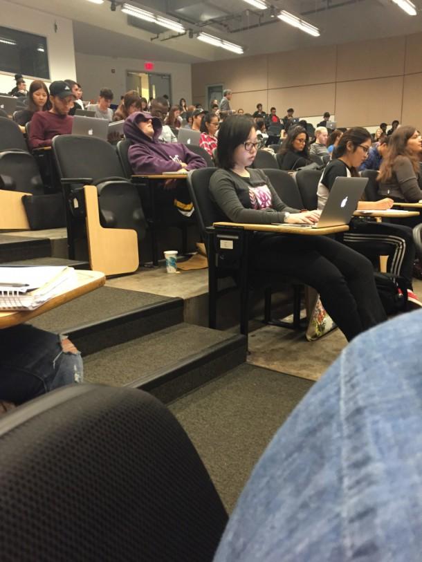 Чувак спит на лекции