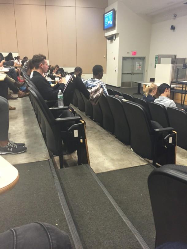 Чувак сидит на лекции